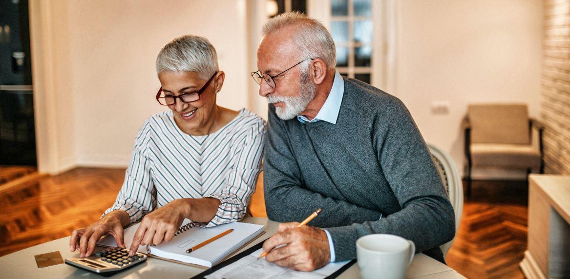 Couple de retraités comparant les mutuelles seniors
