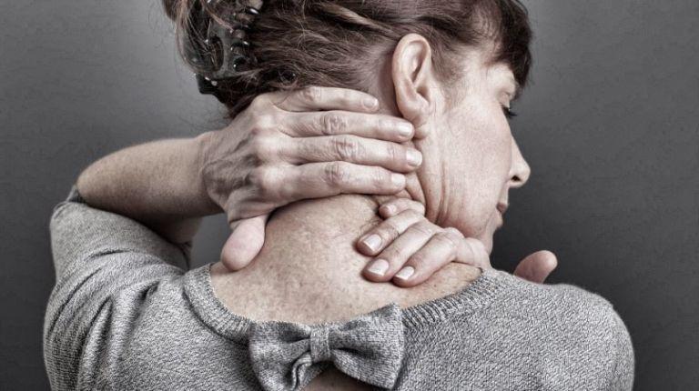 femme souffrant de torticolis