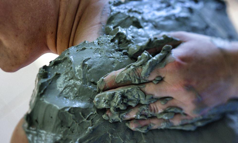 La chaleur de la boue favorise la relaxation musculaire.