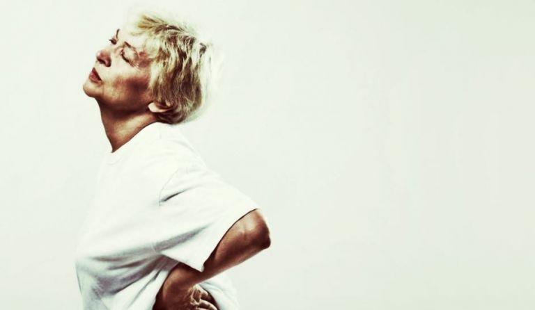 femme senior souffrant d'arthrose