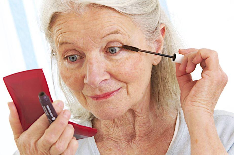 maquillage yeux femme senior
