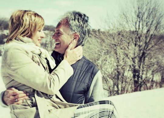 couple senior heureux et épanoui