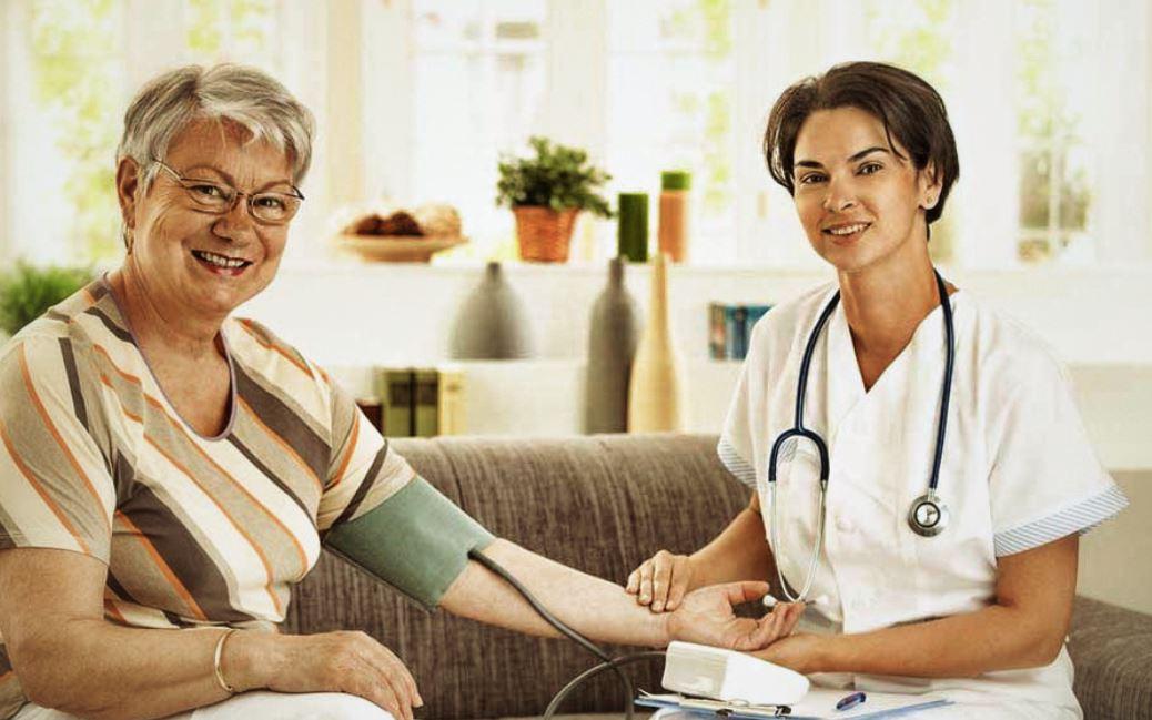 femme senior se fait prendre sa tension par une infirmière
