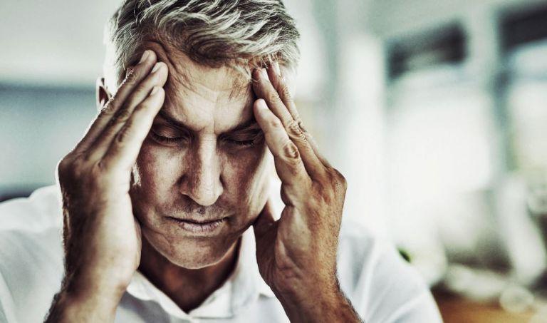 homme souffrant de maux de tete lié à l'hypertension