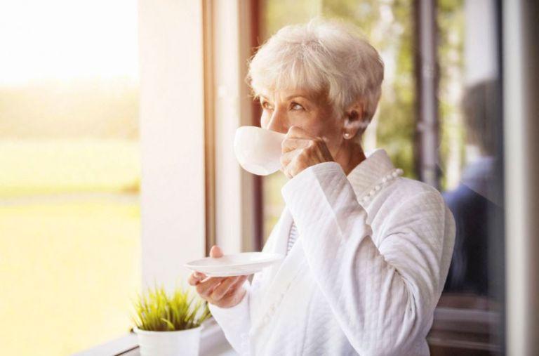 femme senior boit tisane contre coup de blues