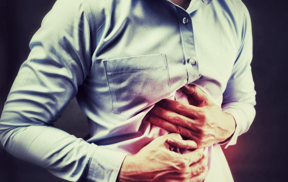 homme souffrant de mal de ventre causé par un ulcère à l'estomac