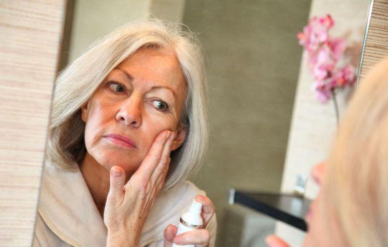 femme devant miroir acné