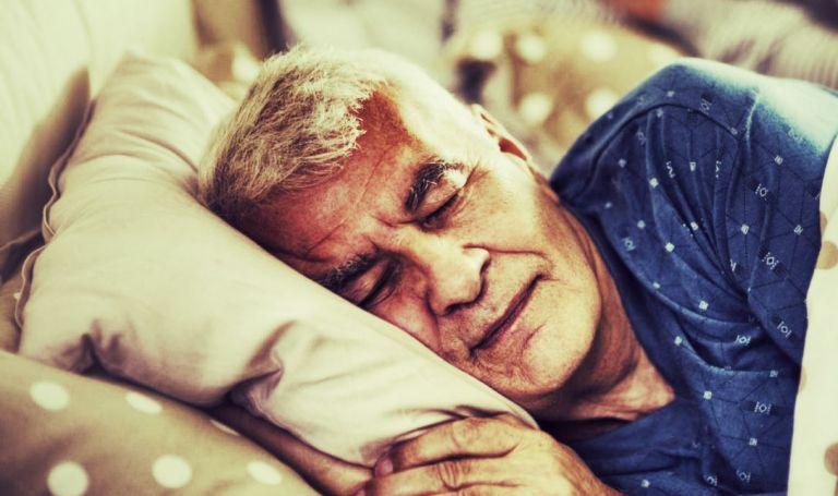 homme senior qui dort profondement
