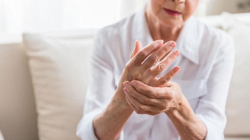 mains d'une femme âgée atteinte d'arthrite rhumatoide