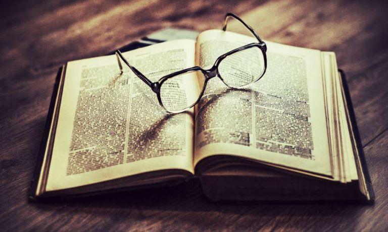 livre avec lunettes pour presbytie