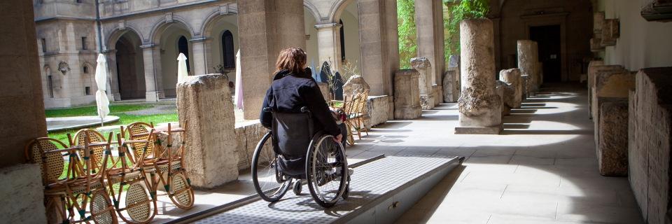 femme fauteuil roulant