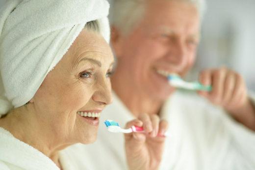 Couple Senior Qui Se Brosse Les Dents