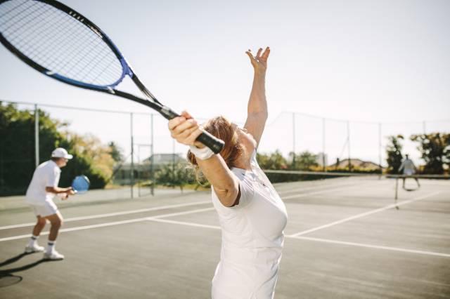 Senior Pratiquer Le Tennis Avec L Equipement Adapte