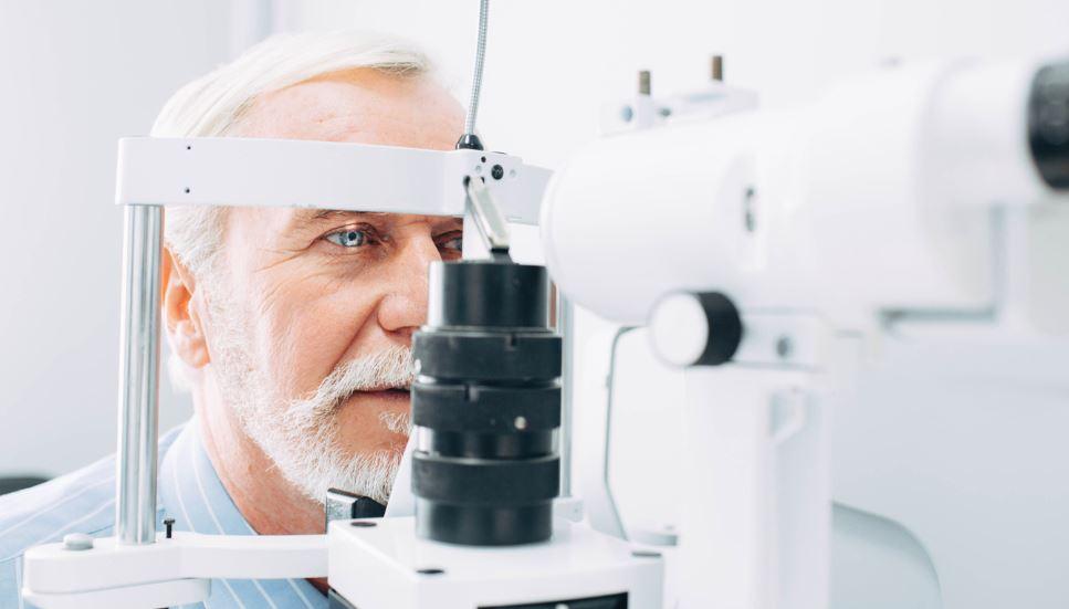 homme âgé effectuant un examen de la retine