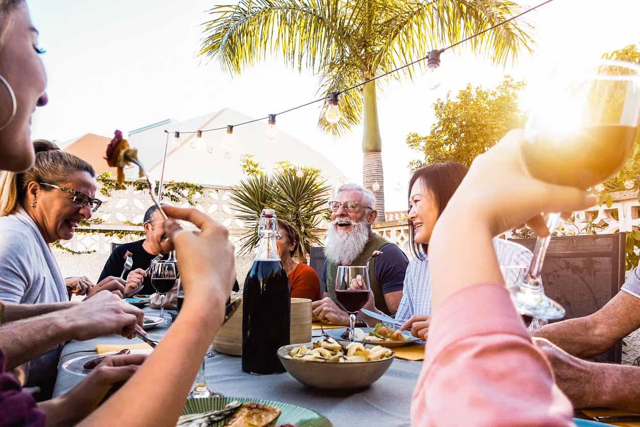 heureuse famille en train de savourrer des tapas en espagne