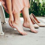 Femme souffrant de douleur au pied en raison d'une ampoule