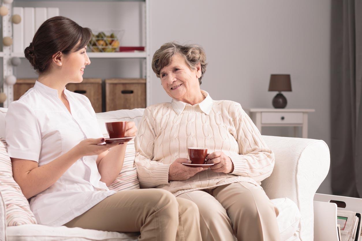 auxiliaire de vie discute avec une personnne agée