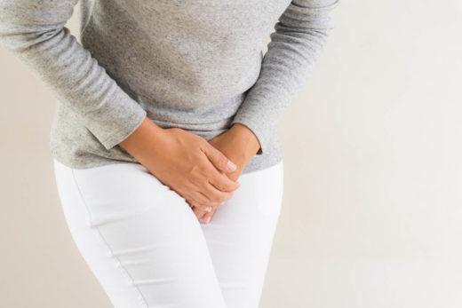 femme ayant des maux de ventre douloureux a cause de la cystite