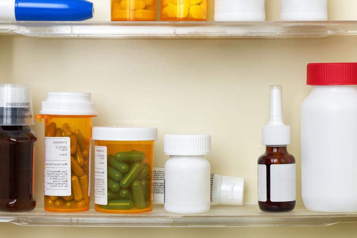 Médicaments sur les étagères d'une armoire de toilette