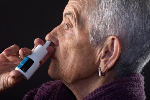 femme AGEE avec le SPRAY nasal