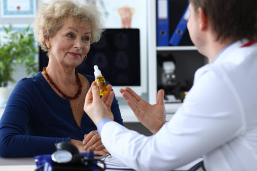 Femme senior devant un medecin qui propose du CBD