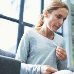 Femme d'âge mûr épuisée entrant dans la ménopause