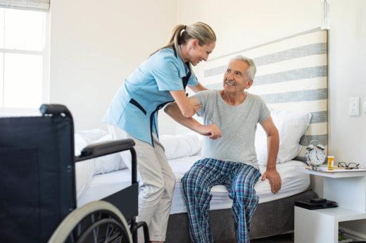 Infirmière aide les vieux patient à se lever