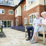 Couple de retraités assis sur un banc en résidence