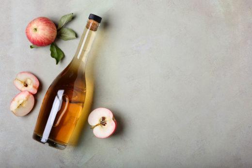 Vinaigre de cidre de pomme et pommes fraîches