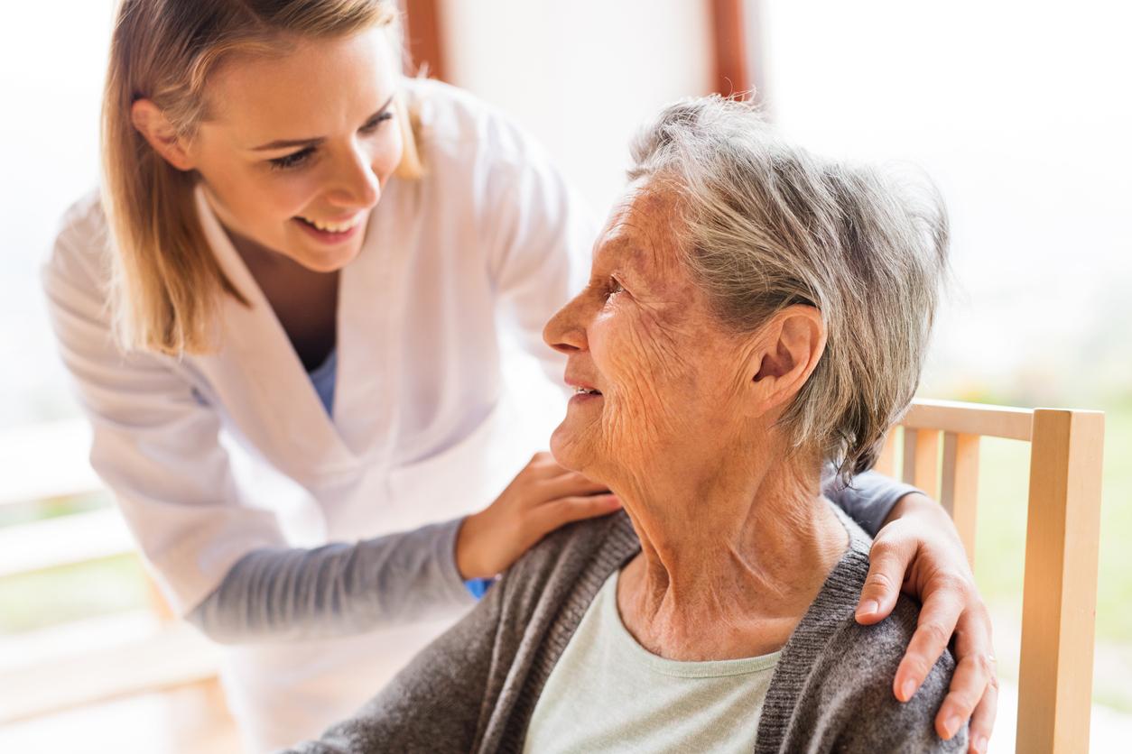 nfirmier et une femme senior au cours de la visite à domicile