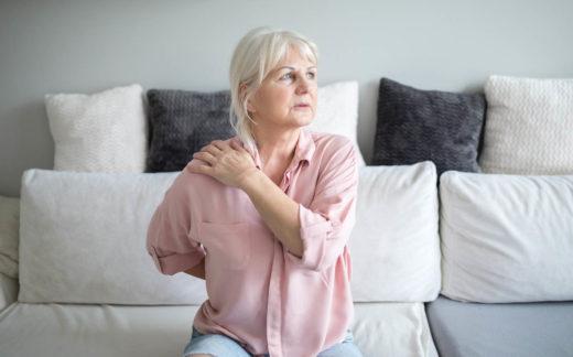 Senior dame avec des douleurs dorsales après un malaise