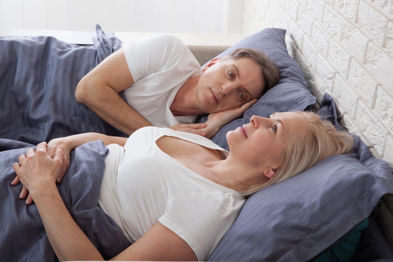 couple âgé parle de la ménopause dans le lit