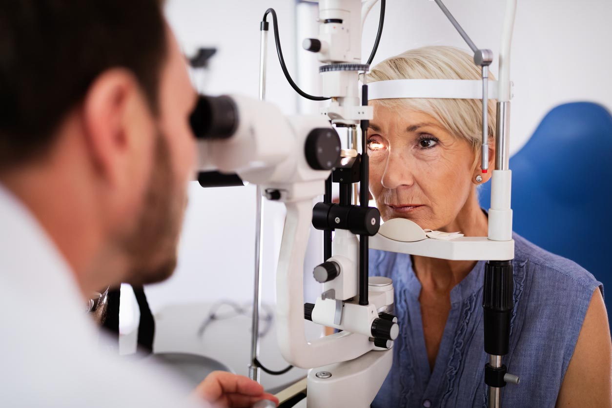 femme agé en consultation chez l'ophtalmo