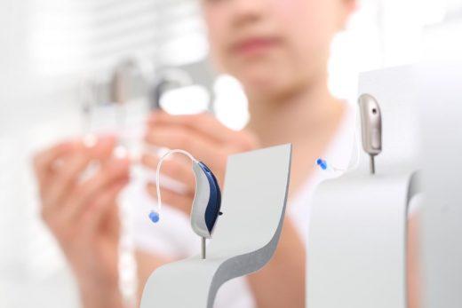 femme regardant les différents modèles d'appareil auditifs
