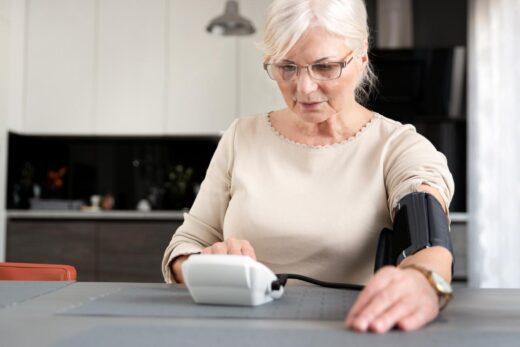 femme senior qui prend ses médicaments