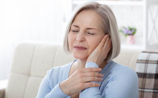 Acouphènes. femme malade ayant des douleurs d'oreille touchant sa tête douloureuse