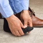 homme qui a mal au pied a cause de la crise de goutte