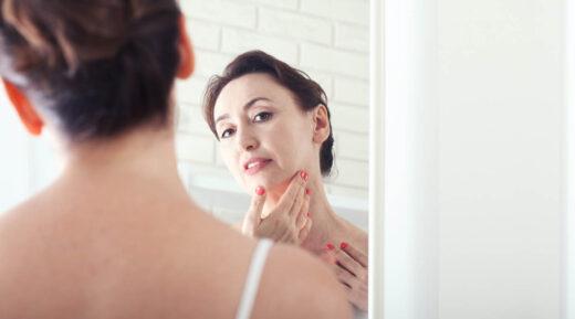 Femme 50 ansse regarde dans le miroir