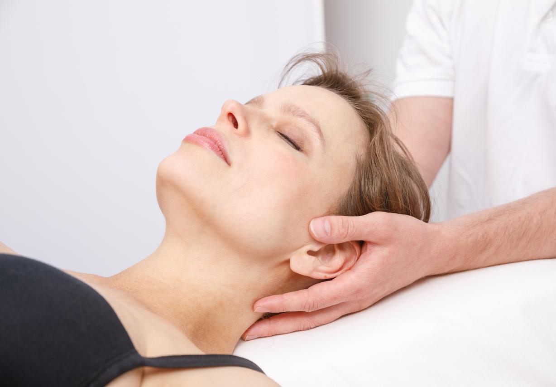 Femme recevant le traitement ostéopathique de son cou