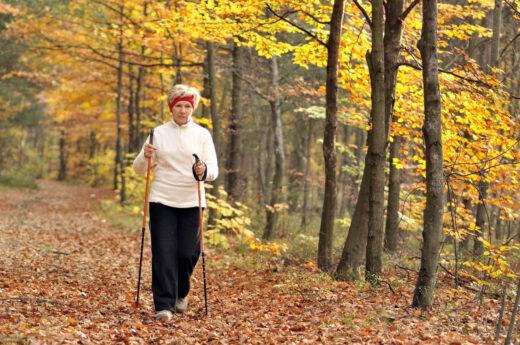 Marche nordique pratiquee par une femme senior