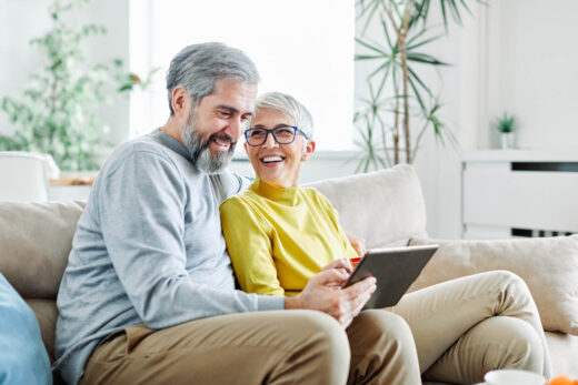 Senior couple heureux tablette ordinateur