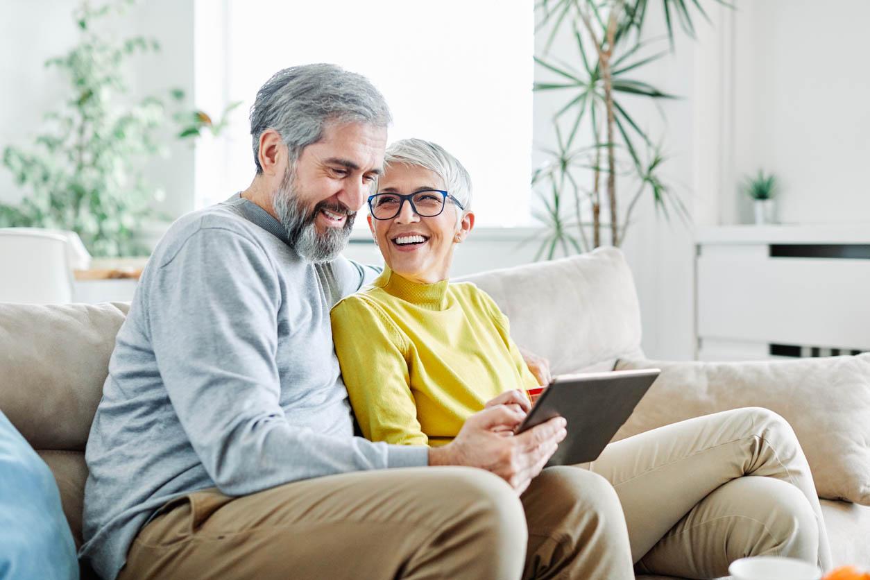 Senior couple heureux tablette ordinateur
