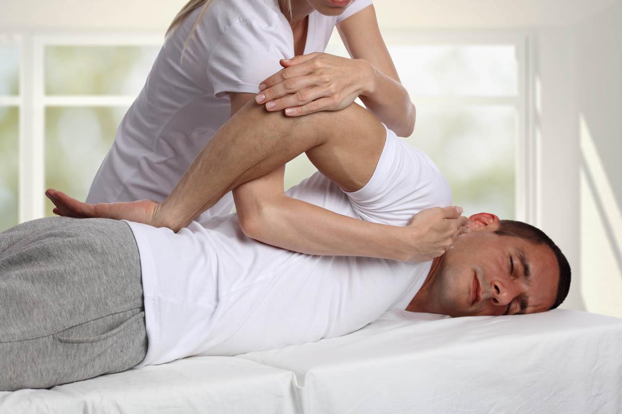 homme faisant une seance avec le chiropracteur