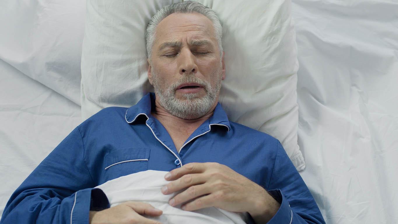 homme senior souffrant d apnée du sommeil couché dans son lit