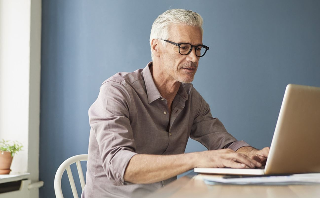 Senior Fait Sa Demande De Retraite En Ligne