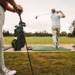 Golfeur départs vers le haut au practice