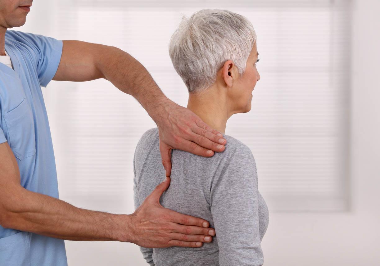 femme senior en consulattion chez l'osteopathe
