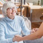 soignant professionnel féminin prenant soin de la femme âgée à la maison