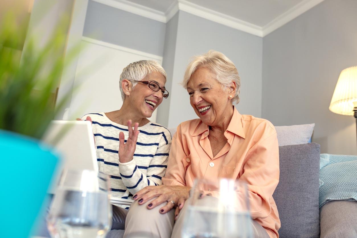 Femmes aînées utilisant l'ordinateur portatif