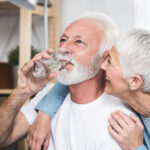 couple senior qui boit de l'eau